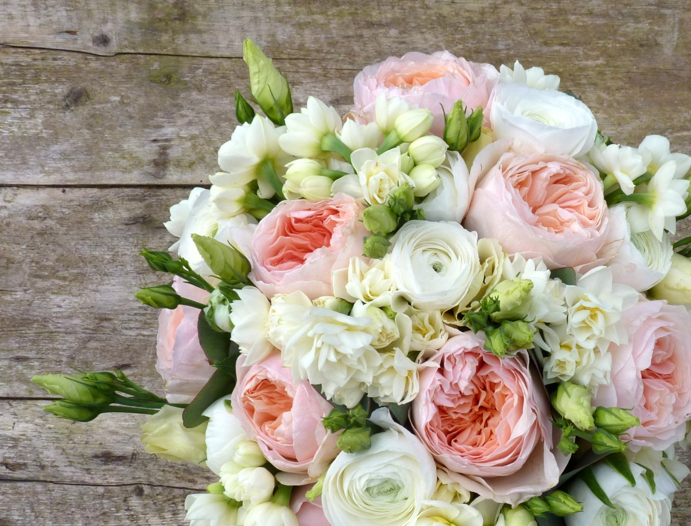 weddings-flowers-pictures-of-easter-wedding-flowers-huntsham-court-at-wedding-flowers (Large)